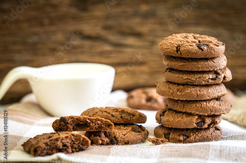 Foto auf Gartenposter Kekse Close up stacked chocolate chip cookies on napkin