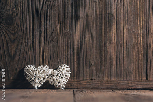 Fotografía  Wicker hearts on wood