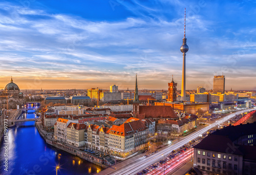 panorama-na-architekture-berlina-i-rzeke-sprewe-na-tle-blekitnego-nieba
