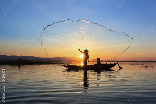 Photo  Fishermen fishing in the early morning golden light
