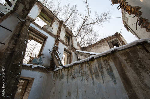 Plakat zniszczony dom po trzęsieniu ziemi, katastrofie śnieżnej, pożar domu