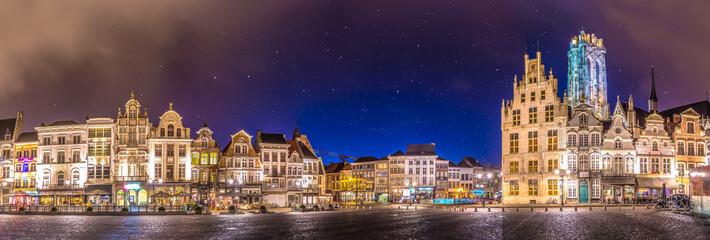 Povijesni grad - Veliko mjesto u Mechelenu u blizini Bruxellesa - Belgija - tijekom sumraka