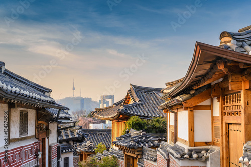 Autocollant pour porte Seoul Bukchon Hanok Village and Seoul city skyline, Seoul, South Korea