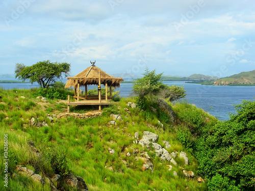 Foto op Plexiglas Indonesië Small hut on a hill at Kanawa Island in Flores Sea, Nusa Tenggar