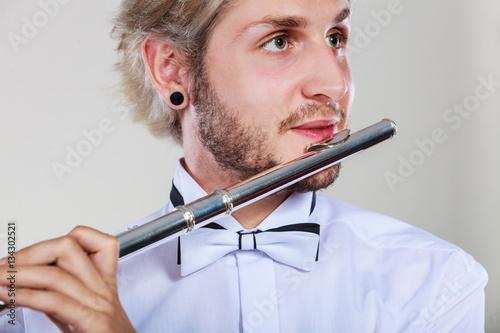 Plakat Męski flecista bawić się jego fletowego zbliżenie