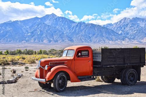 Fototapeta Old-timer ciężarówka z czerwoną kabiną kierowcy