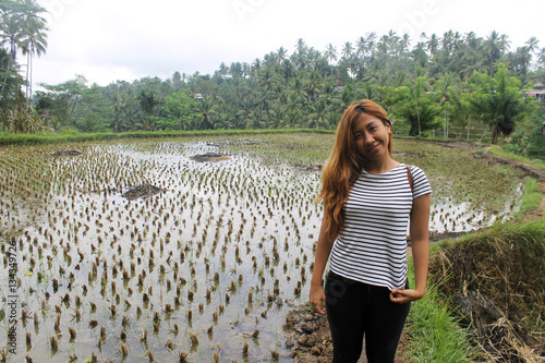 Foto  Südostasiatische Frau mit traditioneller Reisplantage