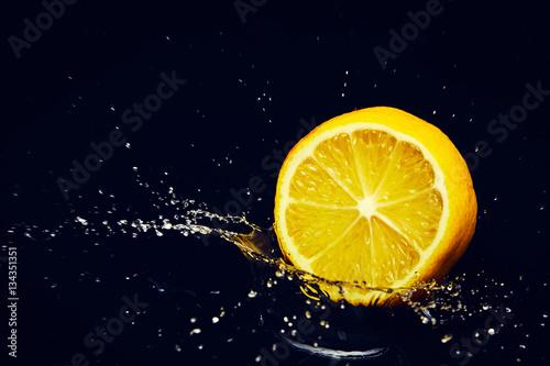 Fotografie, Obraz  Agrumi splash su fondo nero