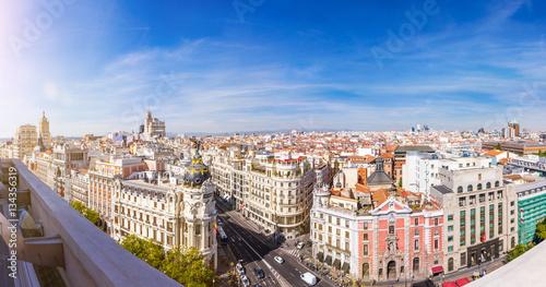 Foto auf AluDibond Madrid Madrid Skyline. Panorama über die Hauptstadt von Spanien mit Aussicht auf die Gran Via und dem Metropolis Haus.