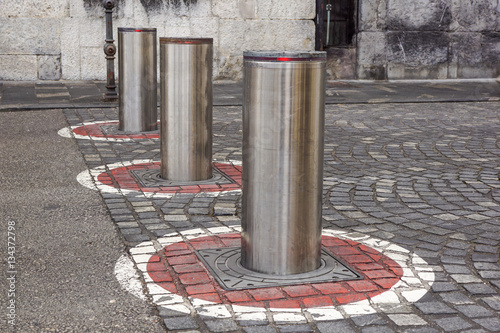 Fotomural  Retractable Electric Bollard Metallic,  and hydraulic  for the control of road t