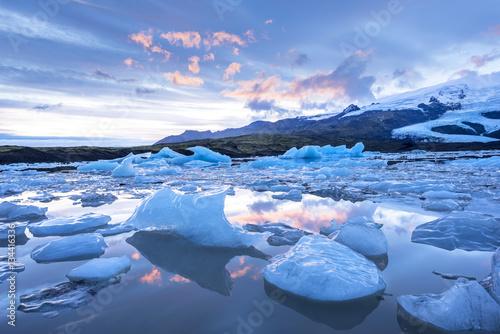 Valokuvatapetti Icebergs floating in Jokulsarlon glacial lagoon
