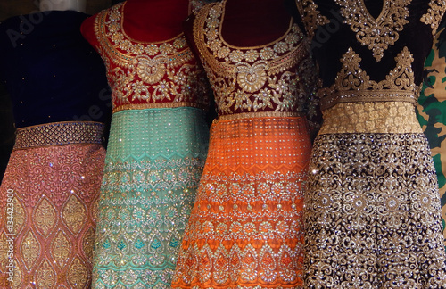 Fotografía  Mannequins dressed in latest traditional Indian fashion kept in front of retail