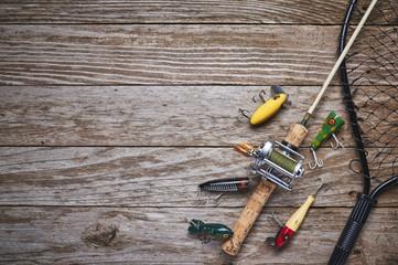 starinske varalice za ribolov, štap i kolut na drvenom stolu