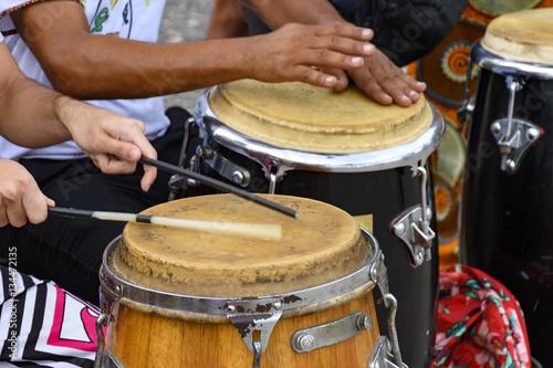 Zdjęcie XXL Instrument perkusyjny zwany atabaque grany na tradycyjnej brazylijskiej imprezie
