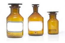 Drei Alte Apothekerflaschen Auf Weißem Hintergrund