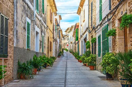 Piękna wąska stara ulica w śródziemnomorskim mieście.