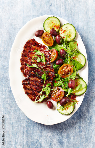 In de dag Buffet, Bar Grilled beef steak with salad and pea sprouts