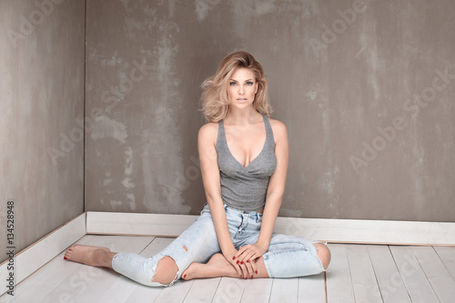Fotografía  Natural blonde woman posing.