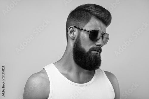 brodaty-mezczyzna-nosi-okulary-przeciwsloneczne