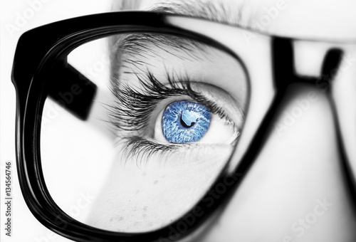 Fotografía  Portrait of a boy wearing glasses close