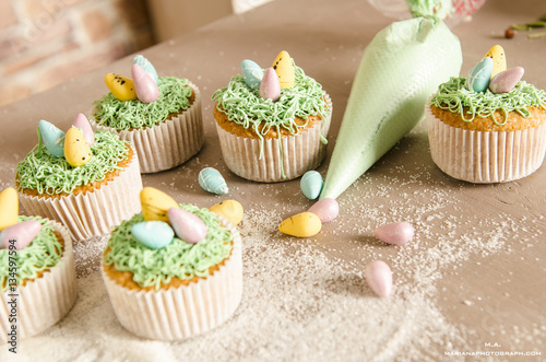 Photo  easter cupcakes on wooden background