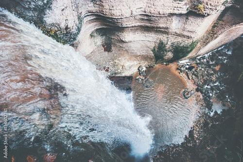 wodospad-krajobraz-widok-z-lotu-ptaka-na-skalistym-kanionie-podroz-spokojna-scenerie