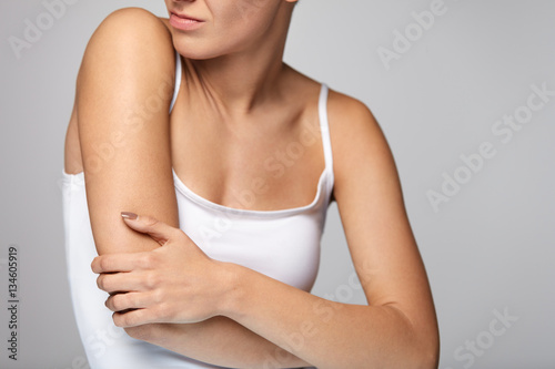 Foto  Arms Pain. Beautiful Woman Body Feeling Pain In Shoulders