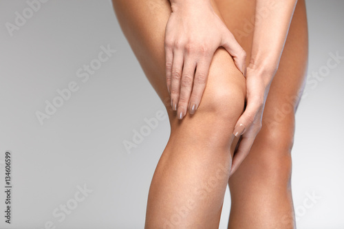 Fotografía  Painful Knee. Closeup Of Woman Feeling Pain In Knees.