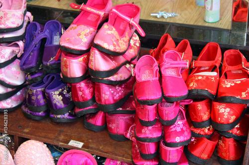 Petites chaussures en satin dans Chinatown San Francisco, USA