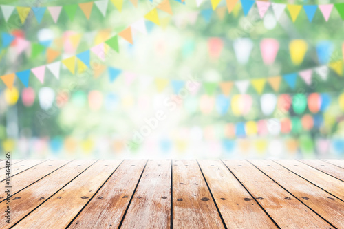 Obraz Empty wooden table with party in garden background blurred. - fototapety do salonu