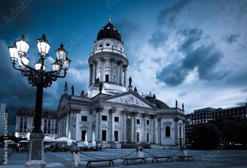 niemiecka-katedra-na-gendarmenmarkt-wieczorne-niebo-i-swiatlo-lamp