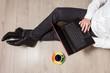 Mężczyzna korzysta z laptopa podczas pracy biurowej