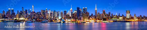 Obraz Manhattan Skyline Panorama bei Nacht - fototapety do salonu
