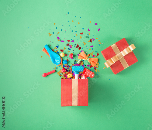 Fotografía  Gift box with party confetti, balloons, streamers, noisemakers