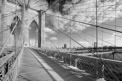 pusta-sciezka-brooklyn-bridge-w-sloneczny-dzien-nowy-jork-w-czerni-i-bieli