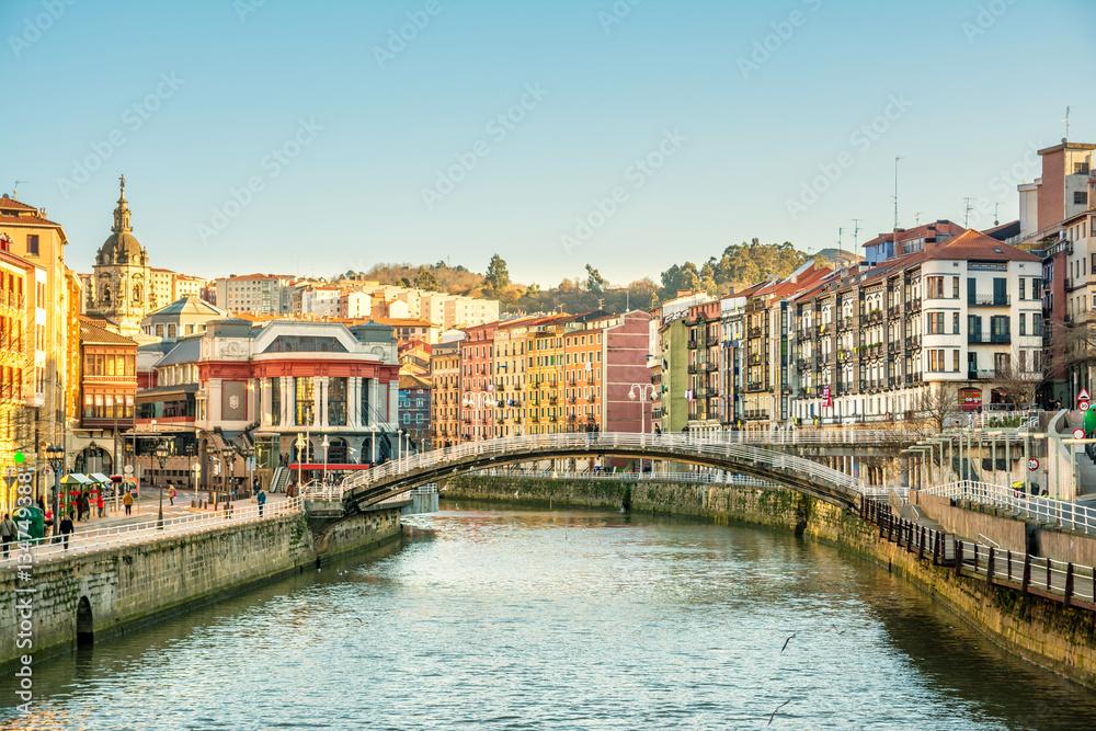 brzeg rzeki Bilbao w słoneczny dzień, Hiszpania