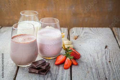 Cadres-photo bureau Lait, Milk-shake Selection of flavoured milk - strawberry, chocolate, banana
