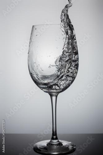 ciekly-plusk-w-szklance