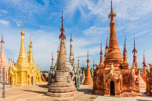 In de dag Bedehuis stupas of the Shwe Inn Dein Pagoda at Inle Lake Shan state in Myanmar