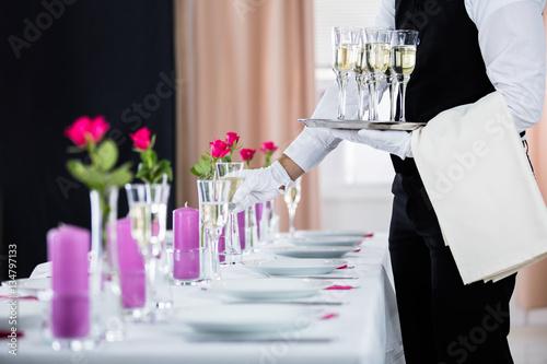 Fotomural Waiter Serving Banquet Table