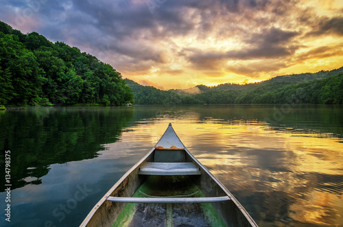 Poster Bergen Summer sunset, mountain lake, aluminum canoe