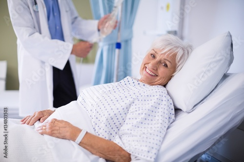 Fotografia  Senior patient lying on a bed