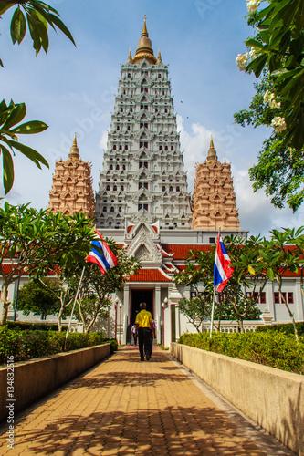 In de dag Bangkok Beautiful White Buddhagaya Pagoda in Wat Yannasang Wararam Buddhist Temple at Pattaya city, Chonburi province, Thailand