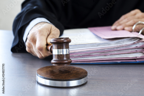 Valokuva Judge with gavel on table
