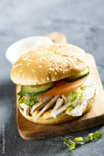Fotografia  Chicken burger with cucumber and tomatoes
