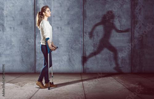 Photo Verletzte Frau mit rennendem Schatten