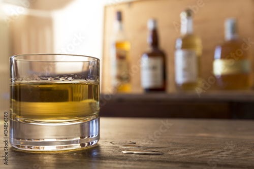 Poster de jardin Bar glass with whisky on wooden table