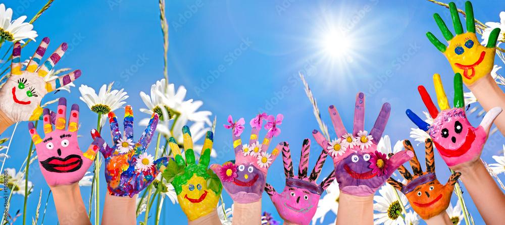 Fototapety, obrazy: Glücklich sein: Hände spielender Kinder vor Blumenwiese :)