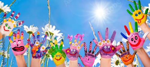 Photographie  Glücklich sein: Hände spielender Kinder vor Blumenwiese :)