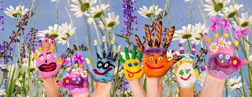 Fotografie, Obraz  Glücklich sein: Hände spielender Kinder vor Blumenwiese :)